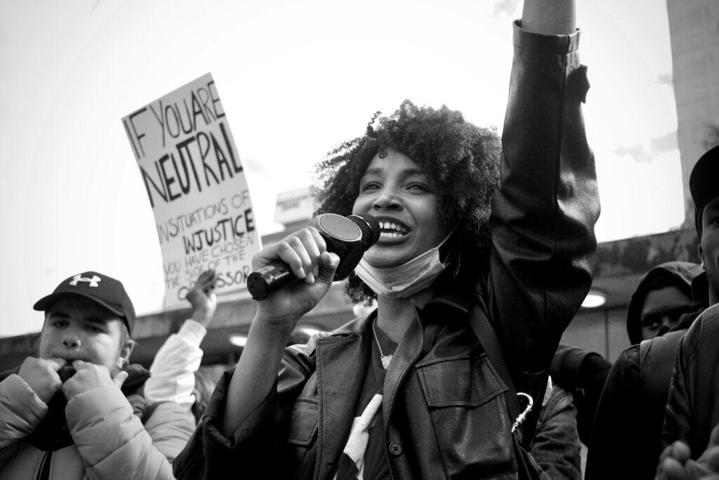 weibliche Demonstrantin BLM